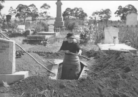 josephine-smith-digging-a-grave-at-drouin-cemetery-1944-age-84